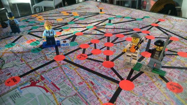 Stadtplan mit Laufwegen und Hör-Punkten, darauf Legomännchen