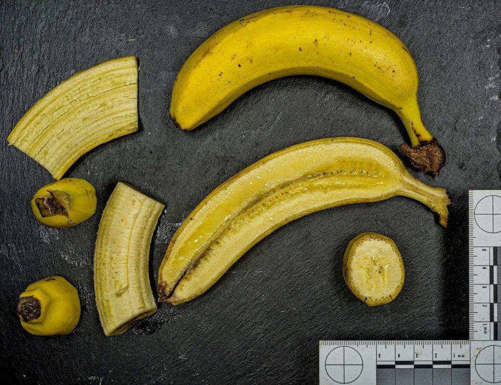 Banane ganz, halbiert und in Stücken