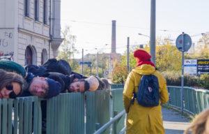 Menschen, die an einem Geländer lauschen
