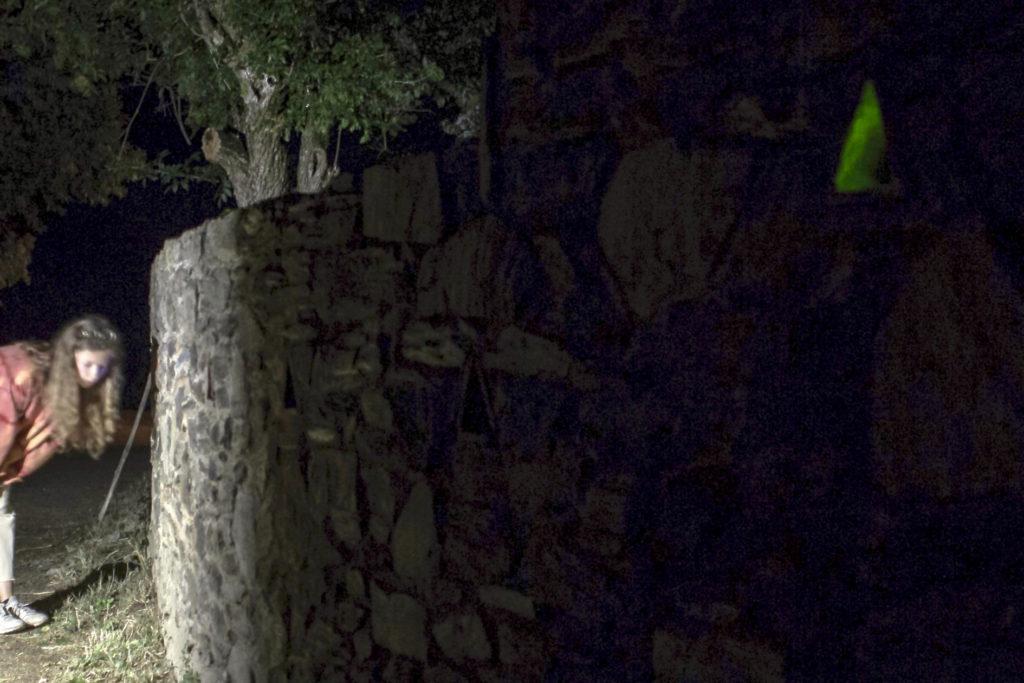 Frau lauscht an Mauer